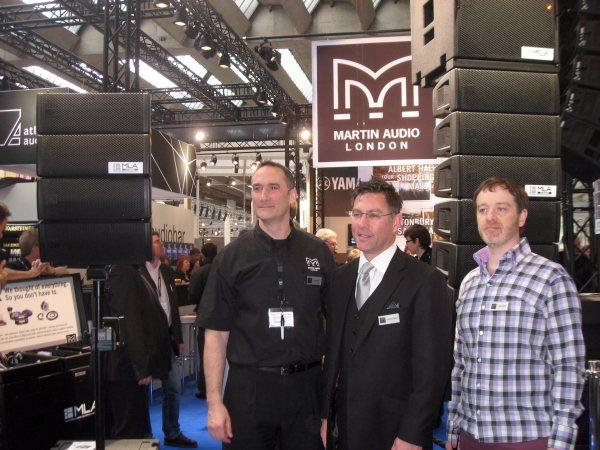 De izquierda a derecha, al director de ventas Simon Bull, el director gerente Anthony Taylor y el director técnico Jason Baird con el MLA Mini