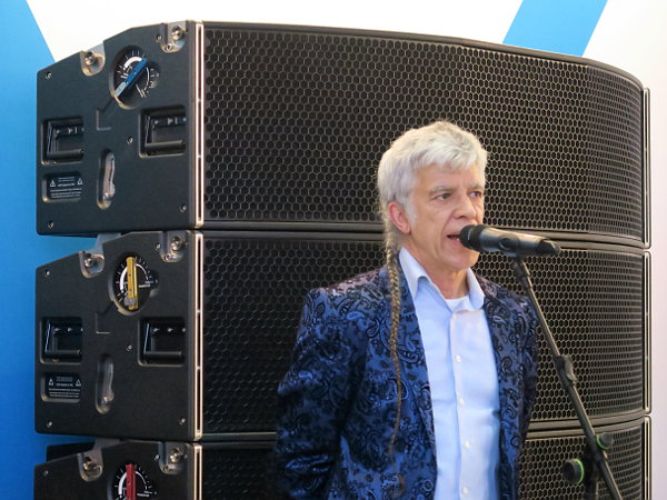 Tony Andrews de Funtion-One presentando el line array VERO